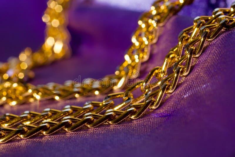 Corrente dourada na seda brilhante fotos de stock royalty free
