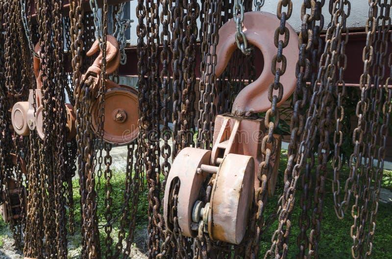 Corrente e polia oxidadas velhas da grua do metal fotografia de stock