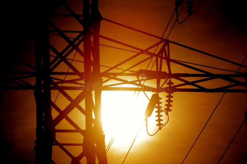 Corrente elétrica contra o Sun imagens de stock