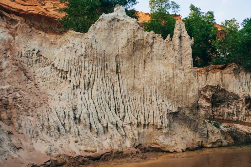 Corrente leggiadramente in Mui Ne nel Vietnam Punto di riferimento, canyon rosso della montagna della sabbia immagini stock libere da diritti