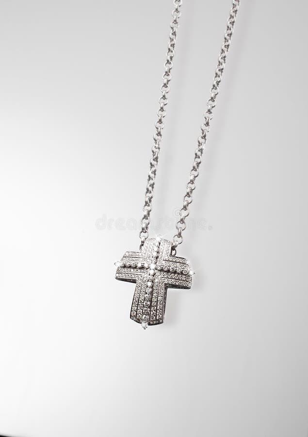 Corrente preciosa da platina com os diamantes transversais no fundo cinzento imagem de stock