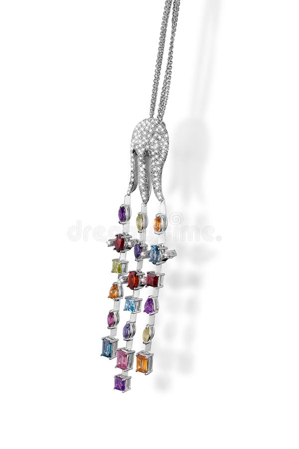 Corrente preciosa da platina com a pedra do colorfull dos diamantes do polvo do pendente no fundo branco imagem de stock royalty free