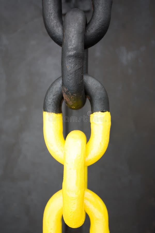 Corrente preta e amarela do ferro fotografia de stock