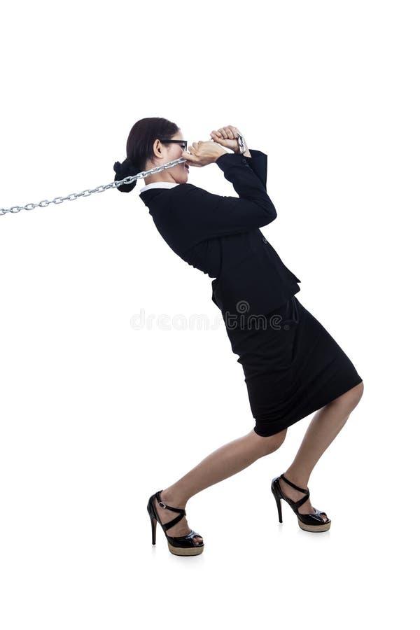 Corrente puxando indo da mais-mulher de negócios foto de stock