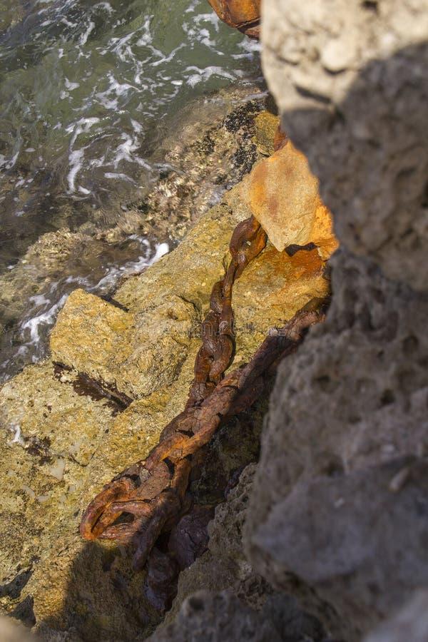 Corrente rústica em ruínas do porto de Herods em Caesarea Costa mediterrânea de Israel imagens de stock royalty free