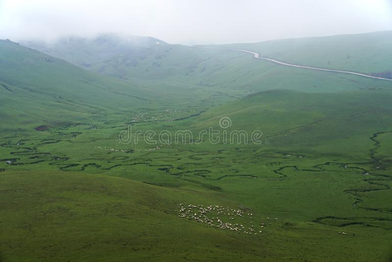 Corrente serpeggiante con le montagne e le nuvole al plateau di Persembe a Ordu Turchia fotografia stock