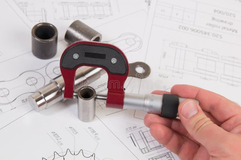 Corrente técnica do rolo do desenho, do micrômetro e da movimentação Engenharia, tecnologia e metalurgia Medida do micrômetro do  imagem de stock