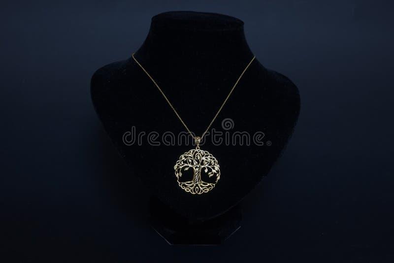 Corrente turca oriental antiga bonita do ` s das mulheres da joia do ouro com fundo preto feito a mão do pendente imagens de stock royalty free