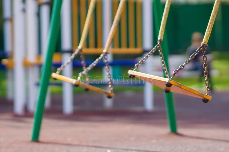 A corrente vazia balanç no campo de jogos dos miúdos do verão imagem de stock royalty free