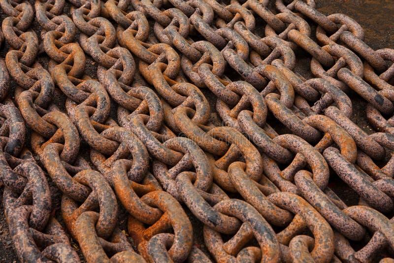 Correntes de âncora velhas, pesado, poderoso, oxidado, de aço, encontrando-se nas fileiras imagens de stock