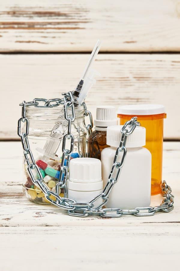 Correntes sobre medicamentações proibidas fotografia de stock