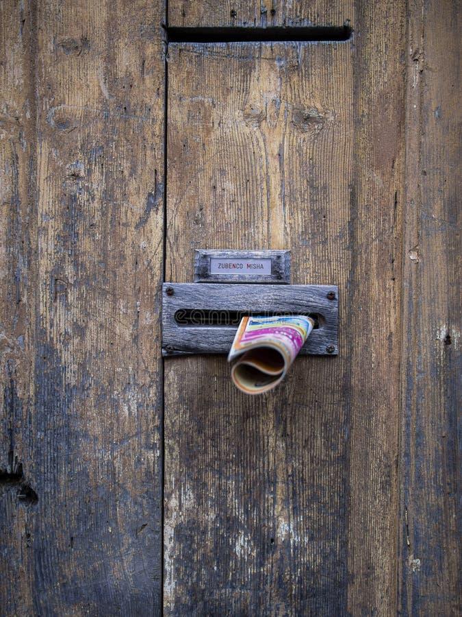Correo basura en la puerta, Crémona, Italia fotografía de archivo