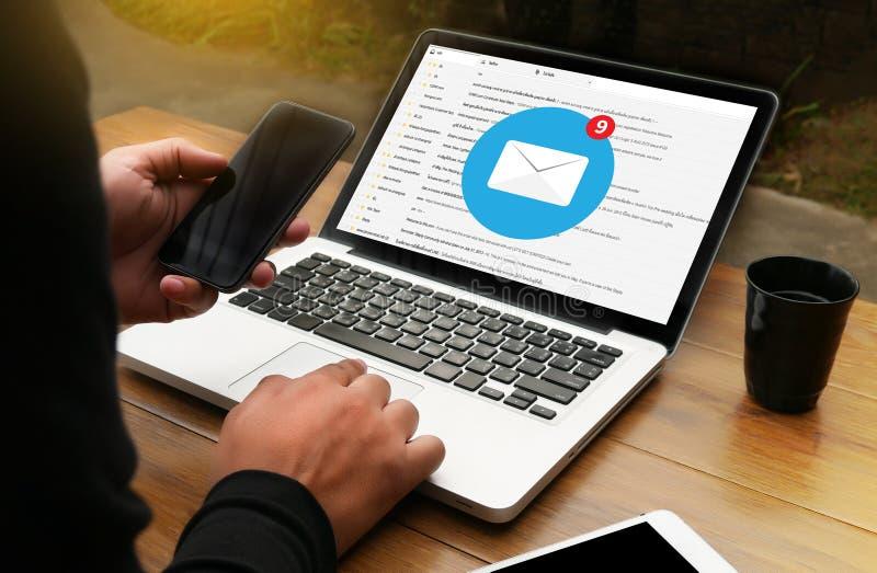 correo electrónico Corre de la comunicación electrónica de la caja del correo electrónico del ordenador del uso del hombre foto de archivo libre de regalías