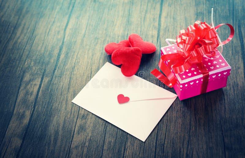 Correo Valentine Letter Card del amor del sobre del rosa de la caja de regalo de día de San Valentín con el amor rojo del corazón fotografía de archivo