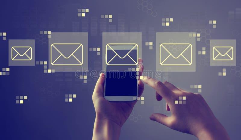 Correos electr?nicos con smartphone fotos de archivo libres de regalías