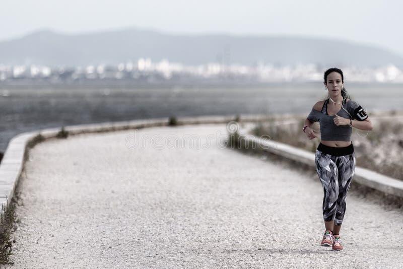 Correr é um método da locomoção terrestre permitindo que os seres humanos e outros animais movam-se rapidamente a pé imagem de stock
