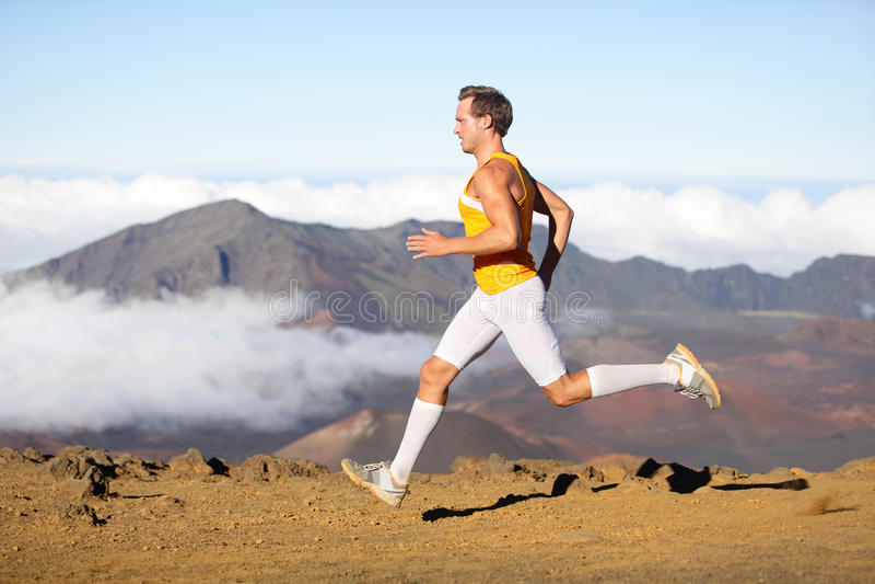 Correr de corrida do atleta do homem do corredor rapidamente fotos de stock