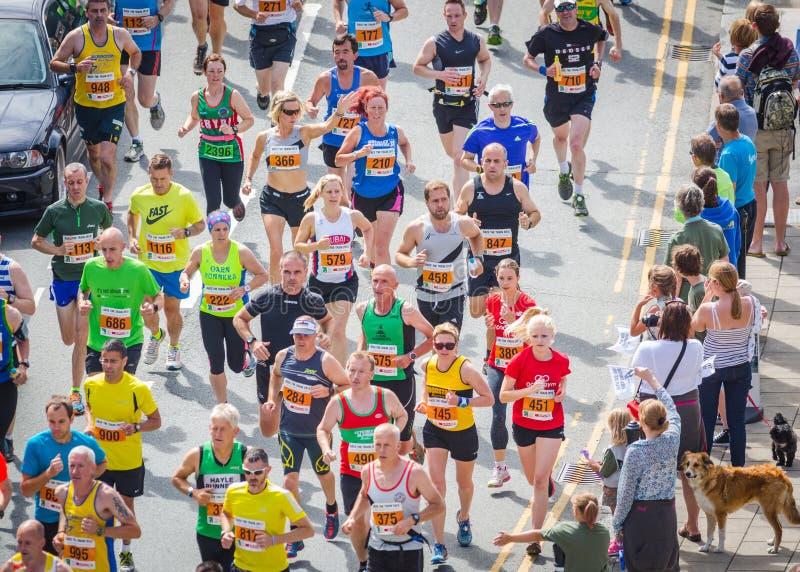 Correre dei corridori maratona immagine stock libera da diritti