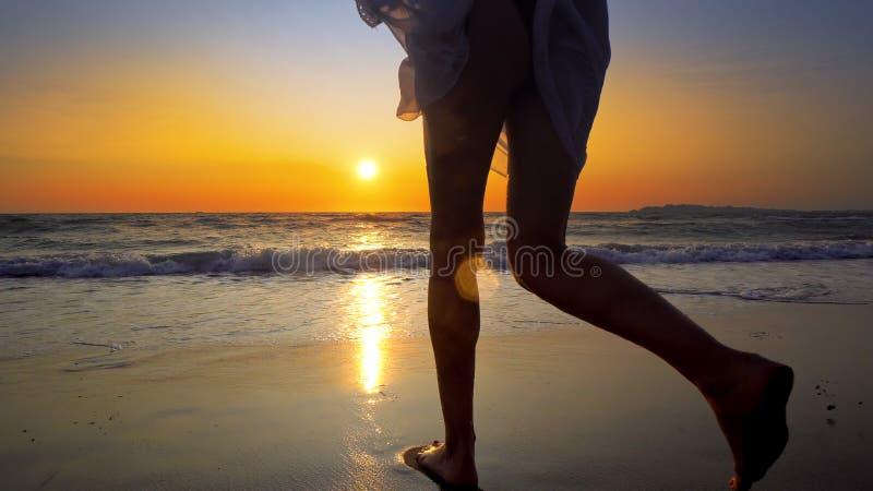 Correre divertentesi teenager femminile giù la spiaggia fotografie stock