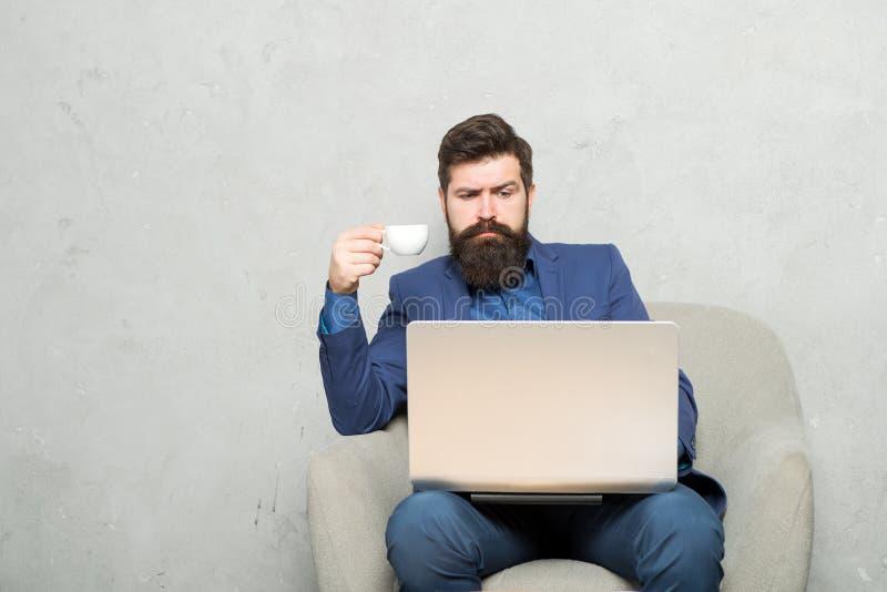 Correspondance d'affaires Homme d'affaires moderne Chef de projet Homme d'affaires Work Laptop Caf? de boissons d'homme dans les  image stock