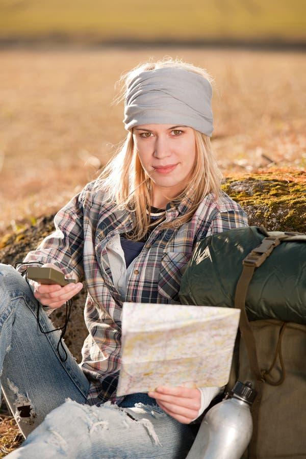 Correspondencia de compás de la navegación de la búsqueda de la mujer joven que acampa fotos de archivo libres de regalías
