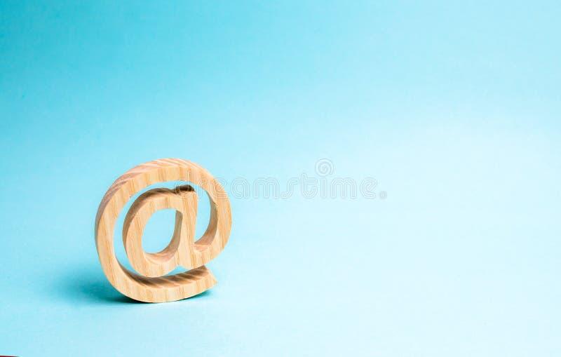 Correspondencia de Internet, comunicación sobre Internet Icono del correo electrónico en fondo azul Contactos para el negocio est imagenes de archivo