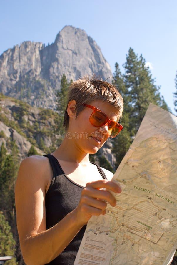 Correspondencia de la lectura en rastro del bosque fotografía de archivo libre de regalías