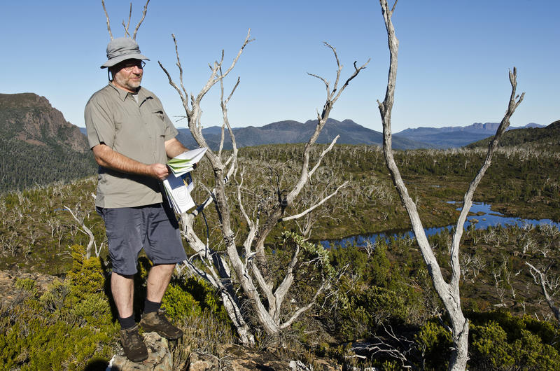 Correspondencia masculina de la lectura del caminante en yermo. Tasmania imagen de archivo libre de regalías