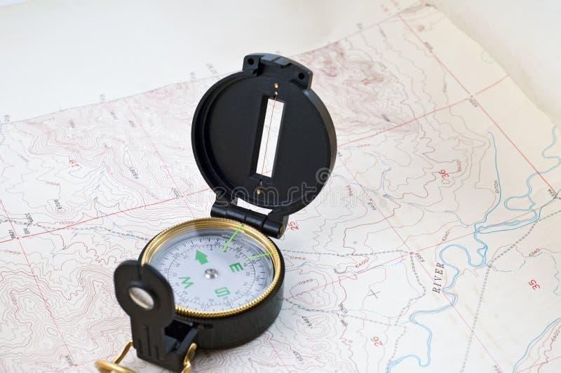 Correspondencia topográfica y compás imagenes de archivo