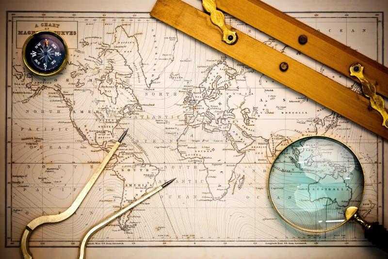 Correspondencia vieja y objetos navegacionales. foto de archivo