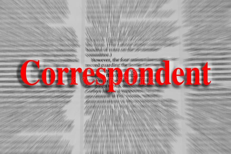 Correspondente escrito no vermelho com um artigo de jornal borrado imagem de stock royalty free