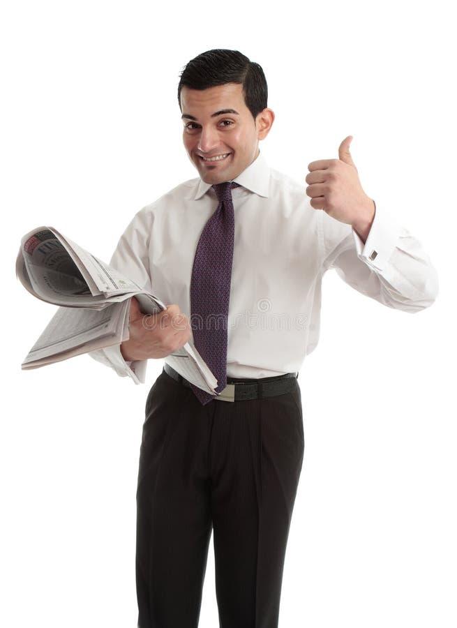 Corretor da bolsa do homem de negócios com polegares do jornal acima foto de stock