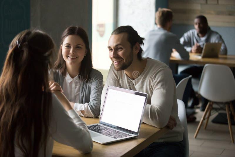 Corretor de imóveis da reunião dos pares ou corretor de seguro milenar de sorriso dentro fotos de stock royalty free