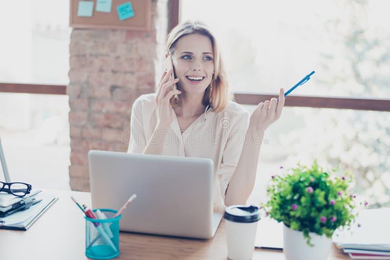 Corretor de imóveis entusiasmado de sorriso feliz que fala no telefone celular com um CLI fotos de stock royalty free