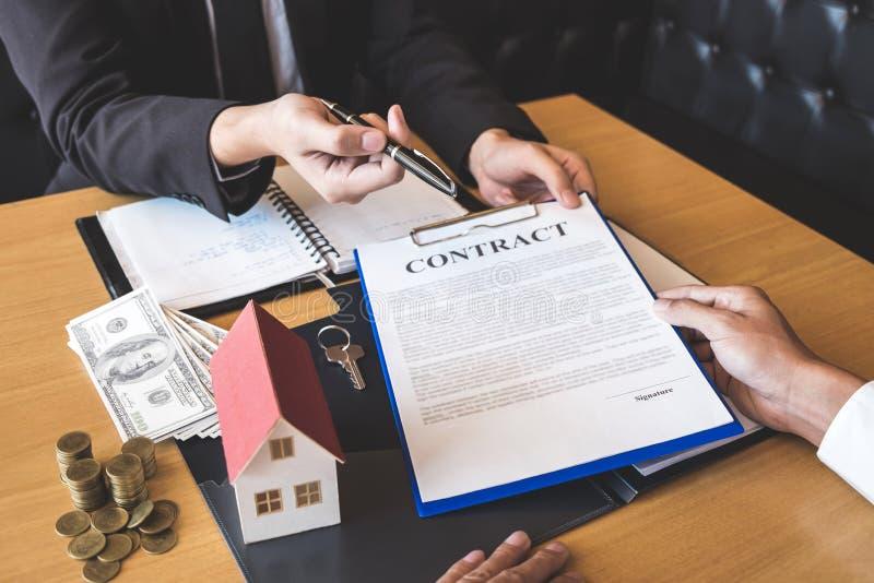Corretor do agente imobiliário que dá a pena aos bens imobiliários de assinatura do contrato do acordo do cliente com formulário  fotografia de stock royalty free