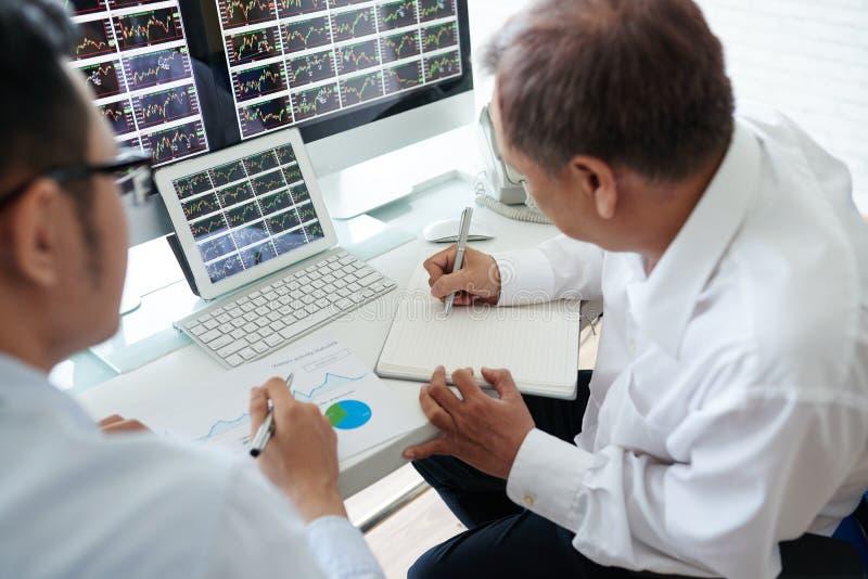Corretores que analisam tendências fotos de stock