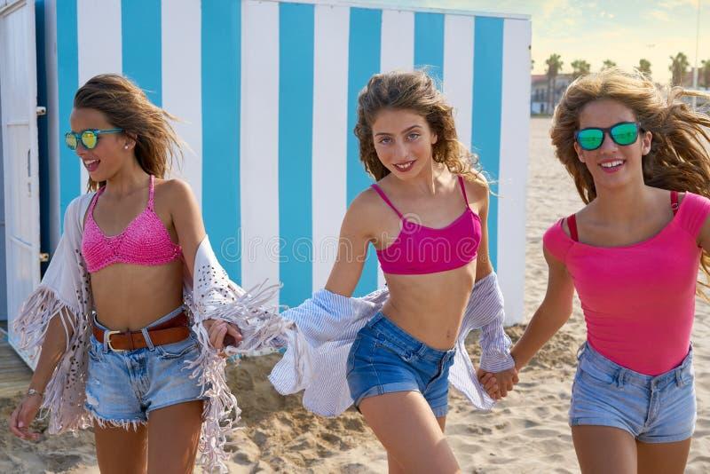 Corrida adolescente das meninas dos melhores amigos feliz na praia foto de stock royalty free