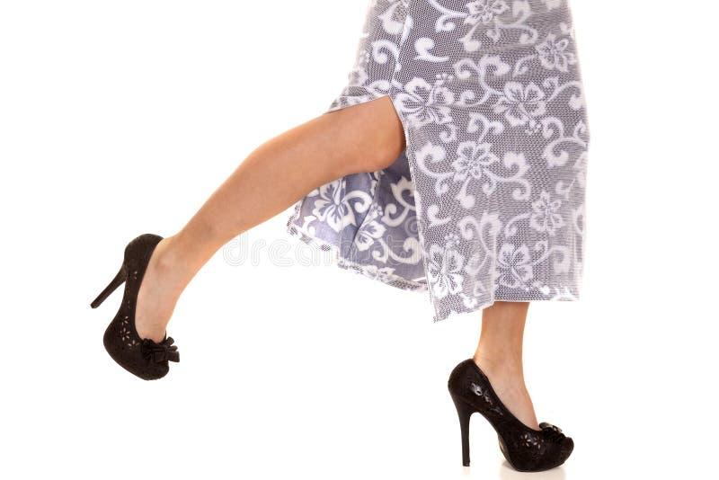 Corrida da mulher no salto dos pés da saia acima foto de stock royalty free