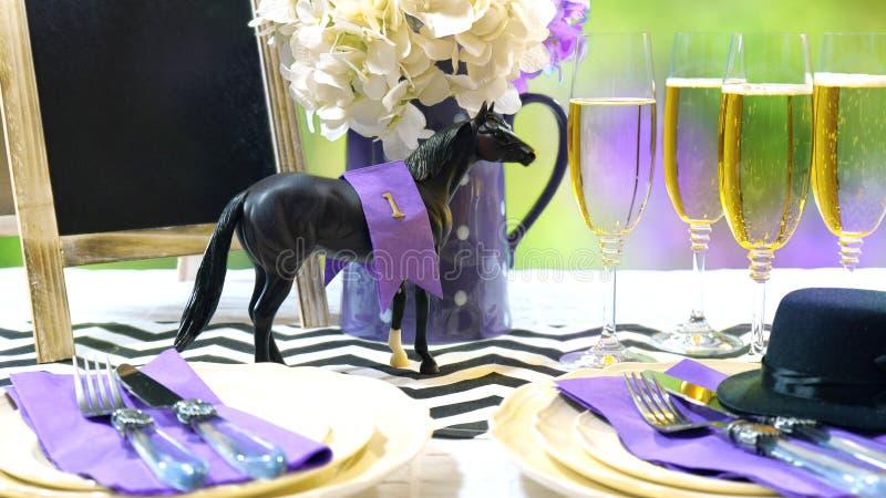 Corrida de cavalos que compete o ajuste da tabela do almoço do dia foto de stock