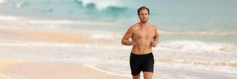Corrida do corredor da aptidão em topless na bandeira da praia fotos de stock royalty free