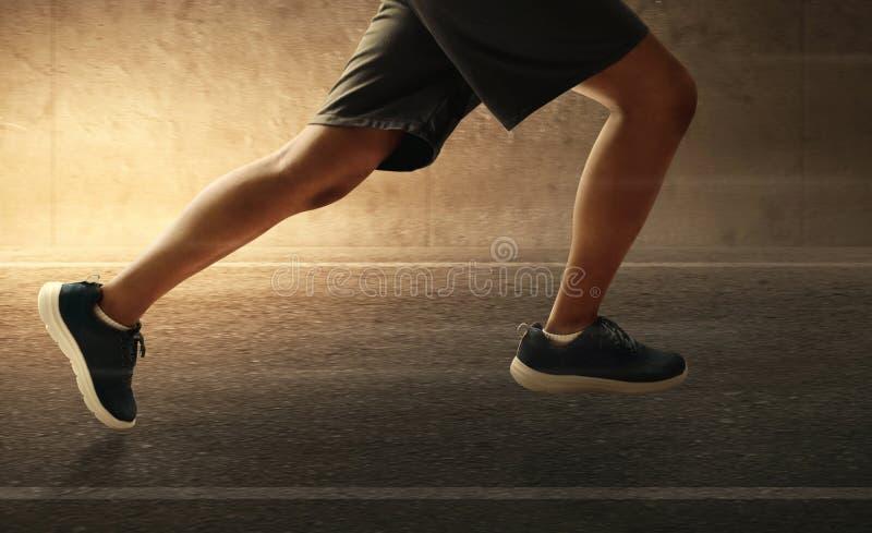 Corrida do homem exterior na estrada asfaltada fotografia de stock