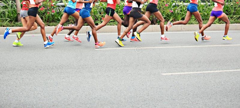 Corrida dos atletas da maratona imagens de stock