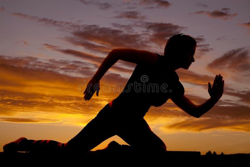Corrida dos braços dos joelhos da silhueta da mulher imagens de stock