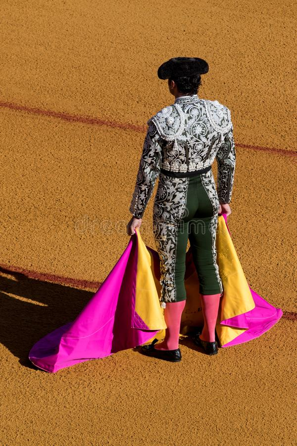 Corrida Matador Fighting in einem typischen spanischen Stierkampf stockbilder