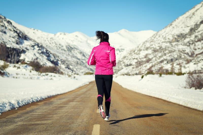 Corrida na estrada no inverno frio imagens de stock