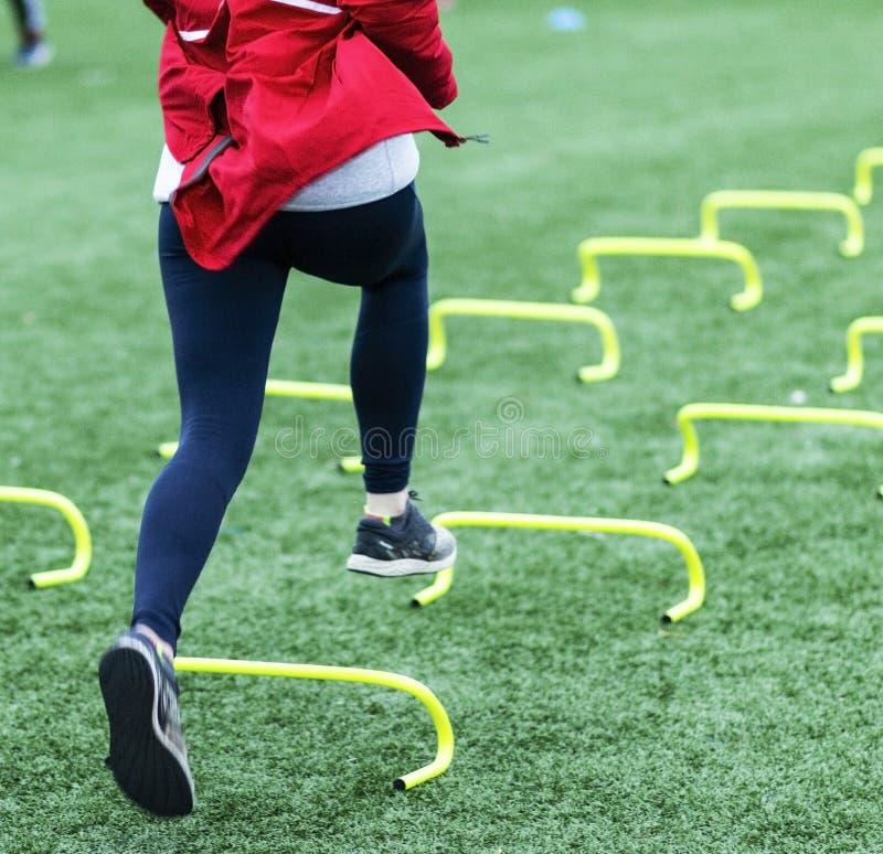Corrida sobre mini obstáculos amarelos de atrás foto de stock royalty free