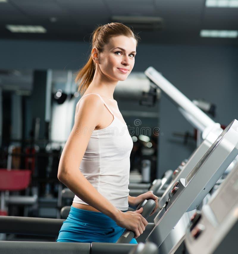 Corridas atrativas da jovem mulher em uma escada rolante fotografia de stock royalty free