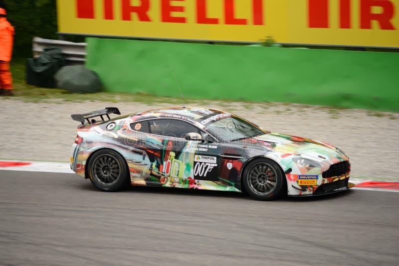 Corridas de carros de Asti Martin Vantage GT4 em Monza imagens de stock royalty free
