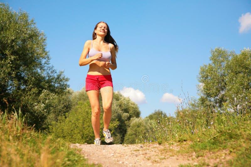 Corridas de la chica joven en bosque imagenes de archivo
