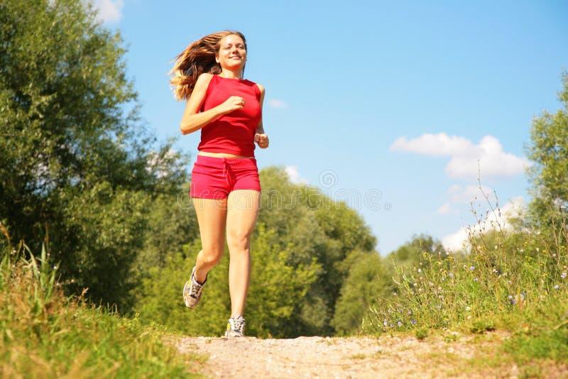 Corridas de la chica joven en bosque fotografía de archivo libre de regalías